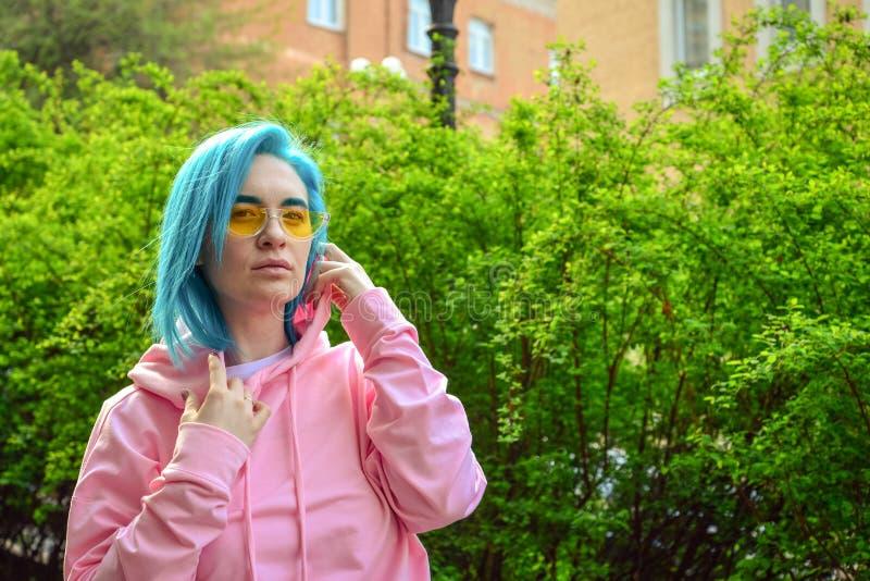 Retrato da jovem mulher com cabelo azul imagem de stock