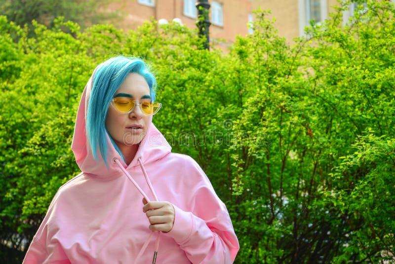 Retrato da jovem mulher com cabelo azul imagens de stock