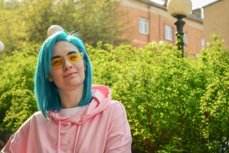 Retrato da jovem mulher com cabelo azul foto de stock