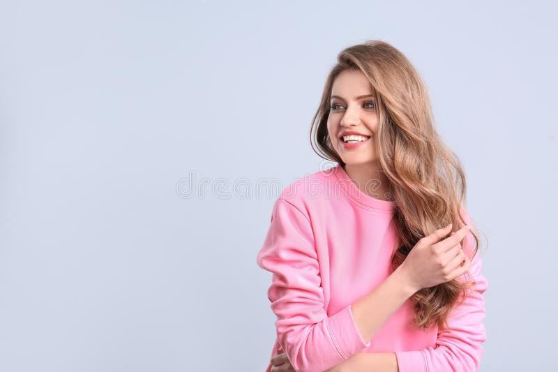 Retrato da jovem mulher com cabelo bonito longo no fundo da cor imagem de stock