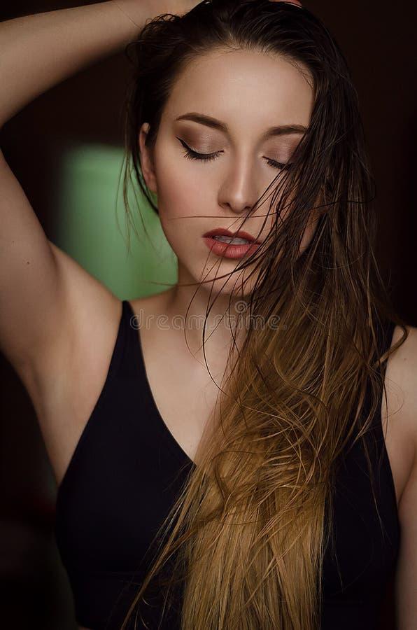 Retrato da jovem mulher com cabelo molhado longo fotografia de stock