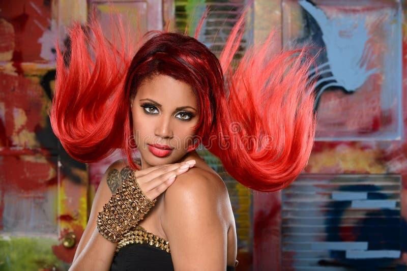 Retrato da jovem mulher com cabelo vermelho fotografia de stock
