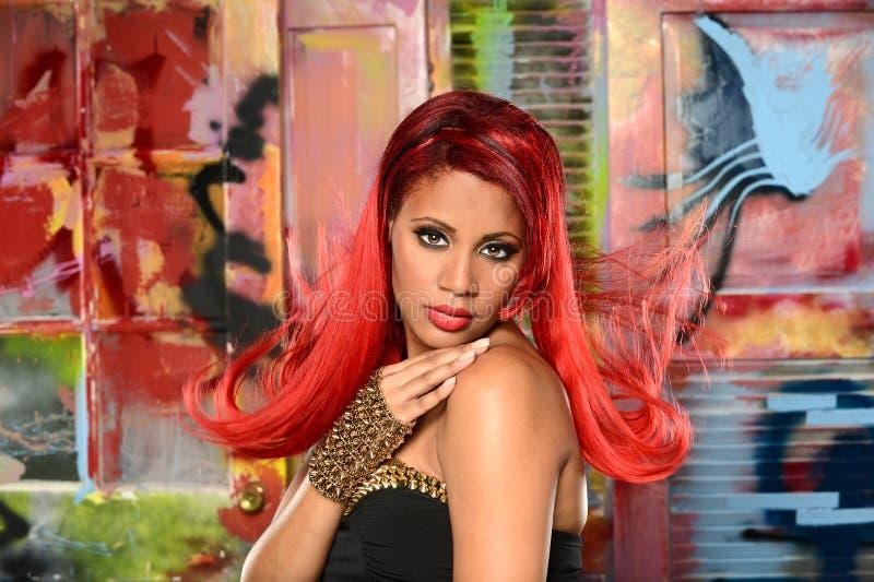 Retrato da jovem mulher com cabelo vermelho fotos de stock