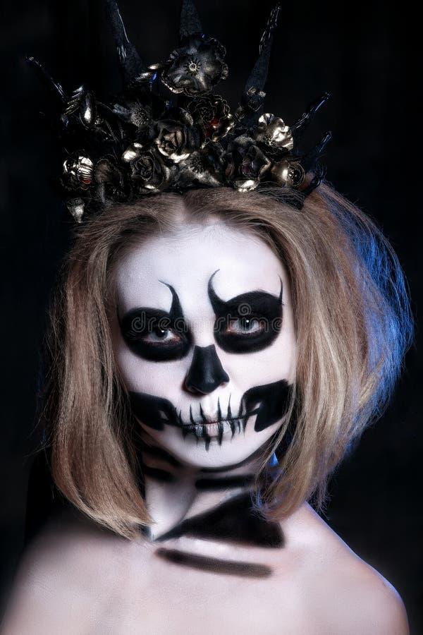 Retrato da jovem mulher com composição assustado do Dia das Bruxas sobre o fundo preto foto de stock royalty free