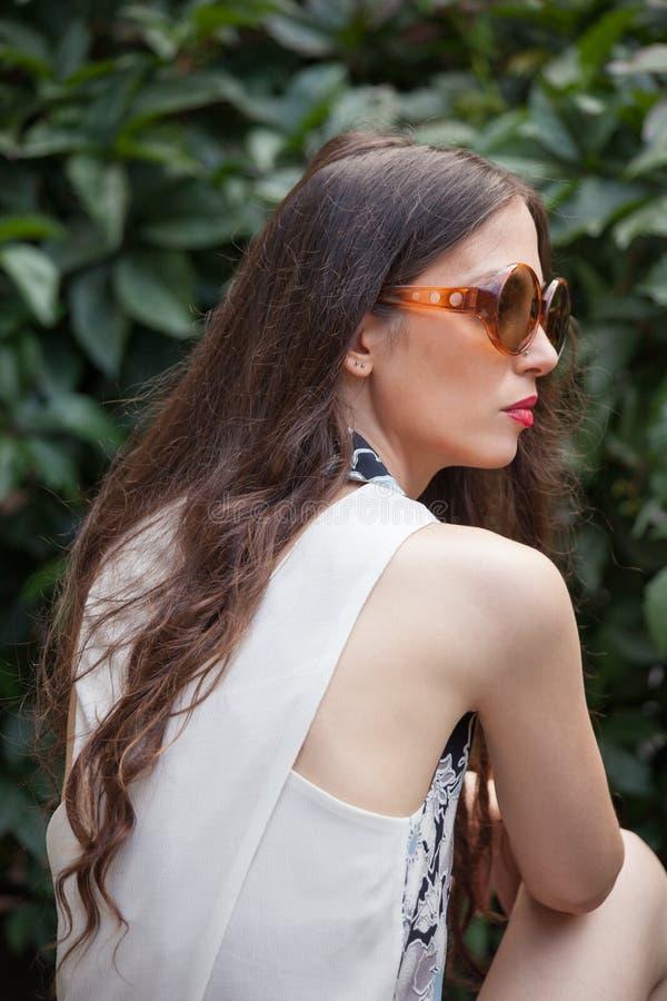 Retrato da jovem mulher com dia de verão exterior dos óculos de sol em GA imagem de stock royalty free