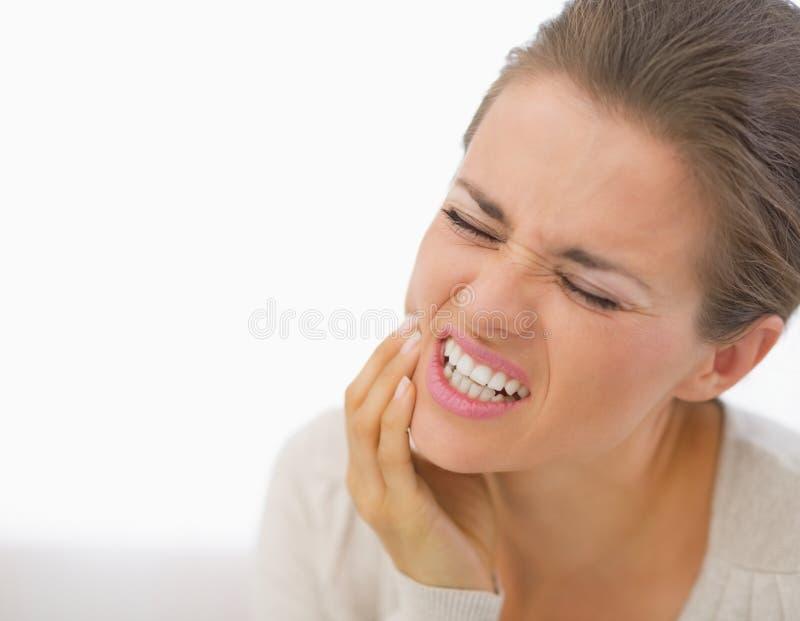 Retrato da jovem mulher com dor de dente imagens de stock
