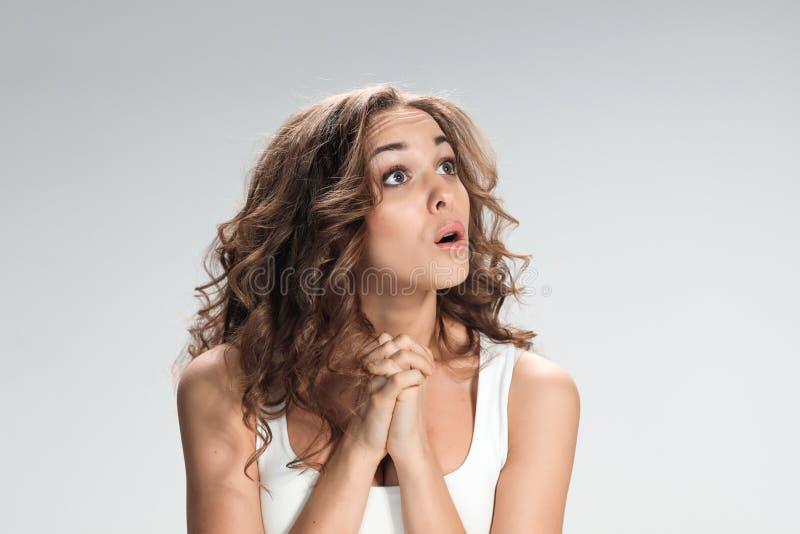 Retrato da jovem mulher com expressão facial chocada fotos de stock