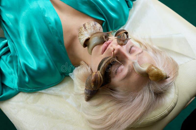Retrato da jovem mulher com os caracóis na cara imagens de stock
