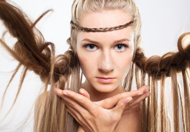Retrato da jovem mulher com penteado da trança fotos de stock royalty free