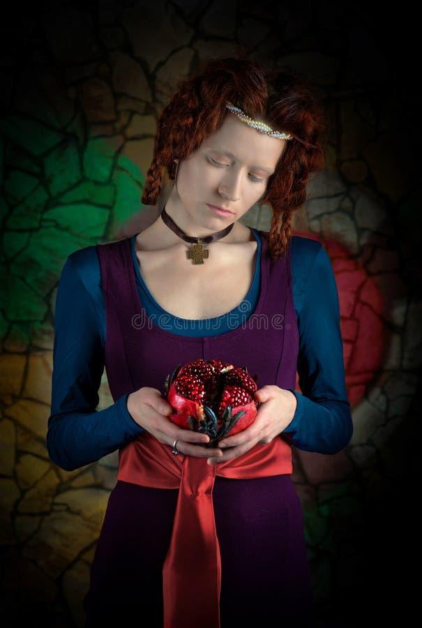 Retrato retro do estilo da mulher com romã fotografia de stock