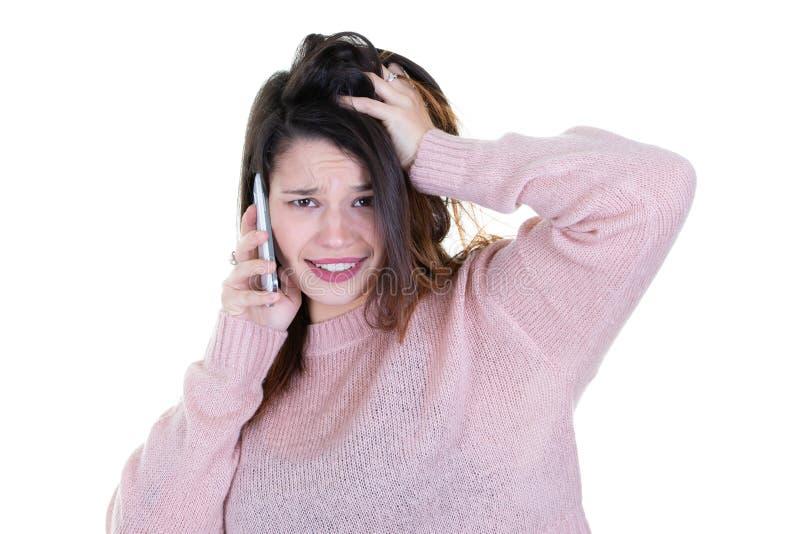 Retrato da jovem mulher com vista surpreendente do telefone in camera foto de stock royalty free
