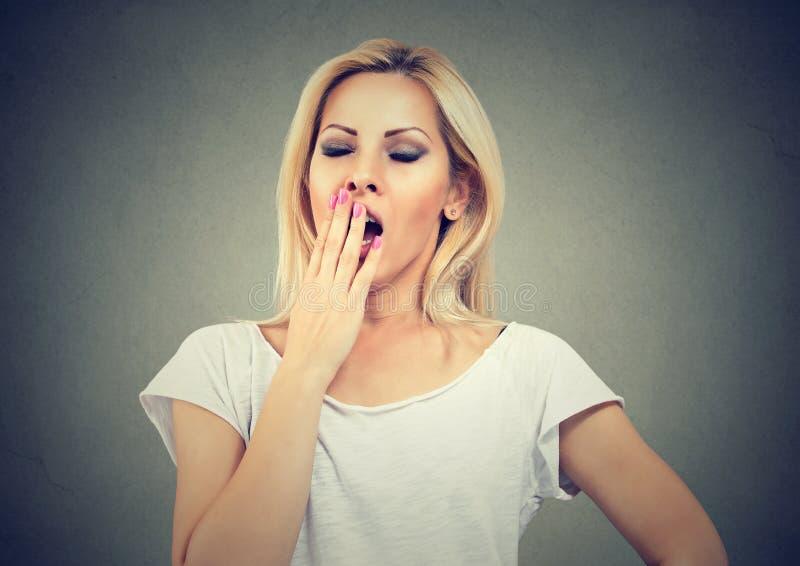 Retrato da jovem mulher de bocejo cansado imagem de stock royalty free