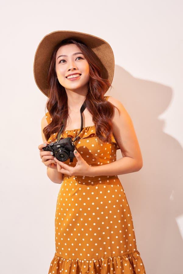 Retrato da jovem mulher de sorriso alegre que toma a foto com o vestido do ver?o da inspira??o e vestir Menina que prende a c?mer foto de stock