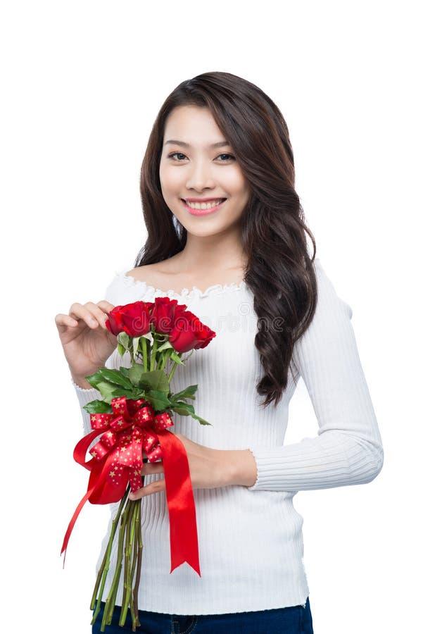 Retrato da jovem mulher de sorriso asiática atrativa isolada no whi foto de stock