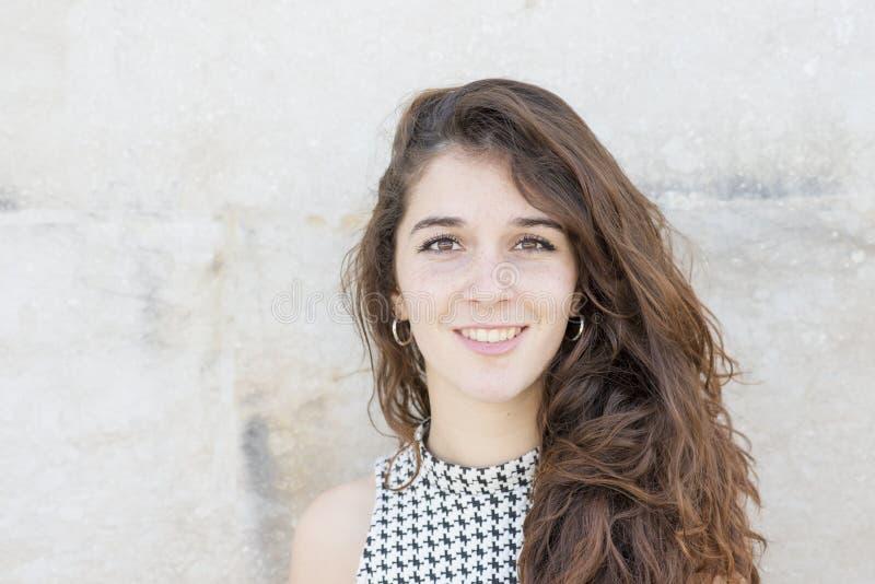 Retrato da jovem mulher de sorriso atrativa com sobre parte traseira freckled fotos de stock