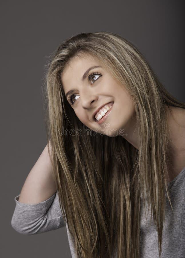 Retrato da jovem mulher de sorriso bonita com cabelo longo imagem de stock royalty free