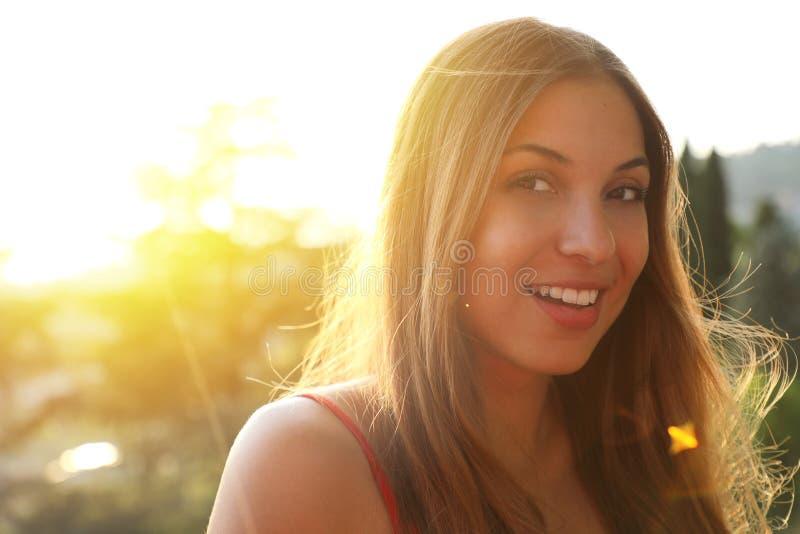 Retrato da jovem mulher de sorriso com alargamento da luz solar e espaço da cópia imagem de stock