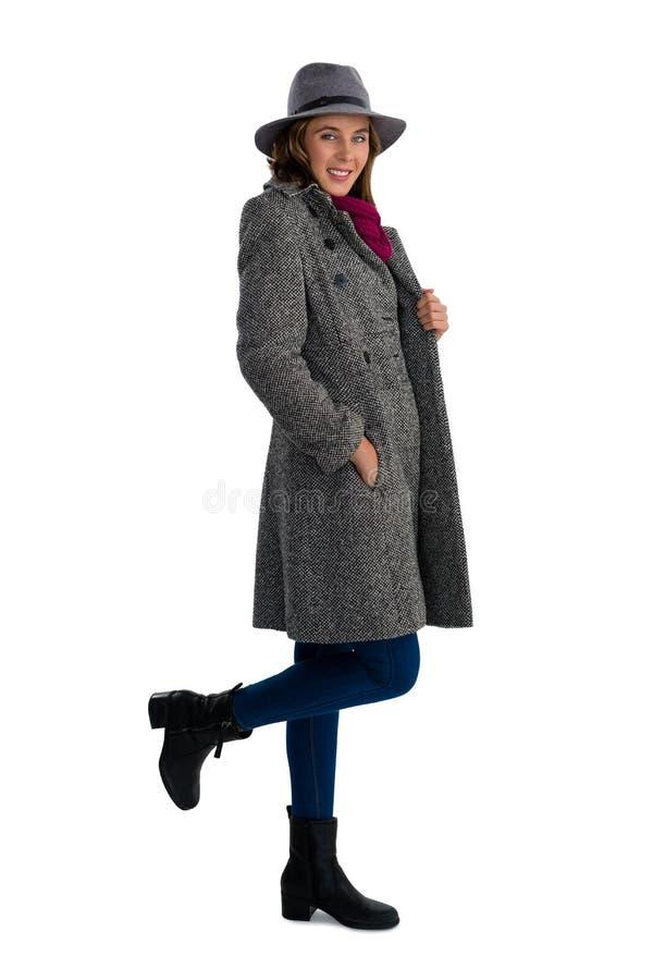 Retrato da jovem mulher de sorriso com mãos em uns bolsos imagens de stock royalty free