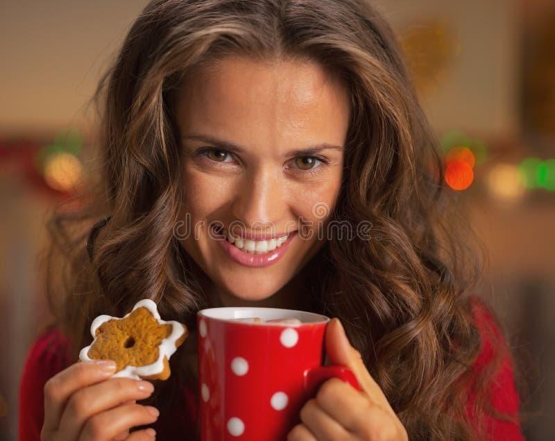 Retrato da jovem mulher de sorriso com o copo do chocolate quente imagens de stock
