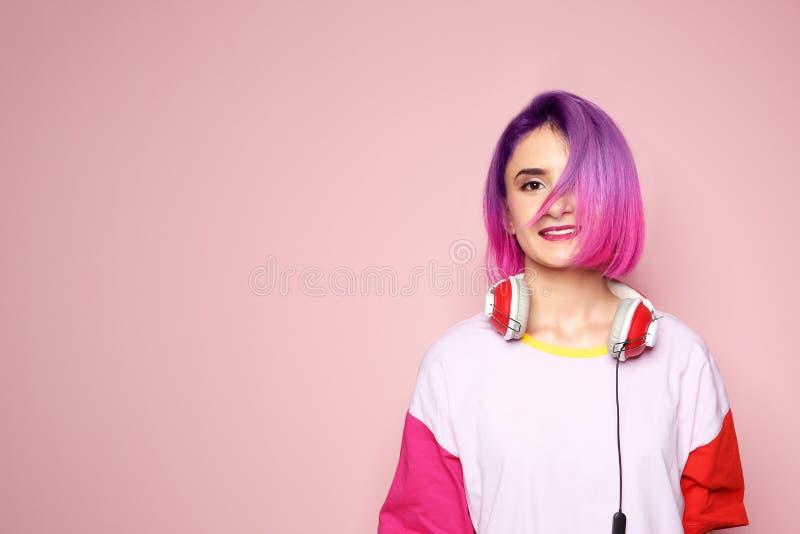 Retrato da jovem mulher de sorriso com tingido fotos de stock royalty free