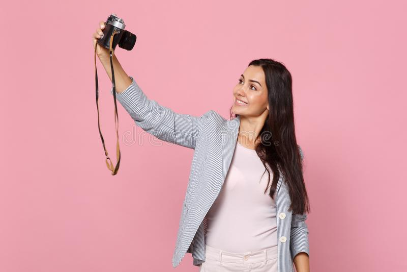 Retrato da jovem mulher de sorriso em revestimento listrado que faz o selfie disparado na câmera retro da foto do vintage isolada foto de stock royalty free