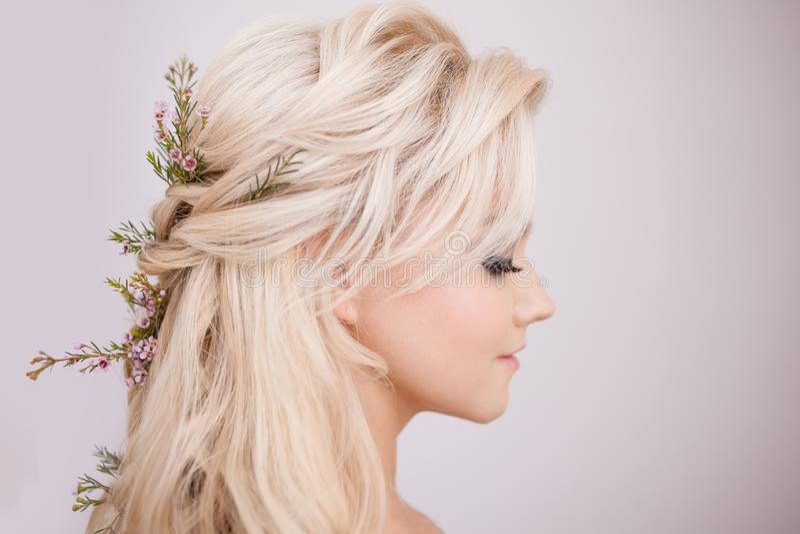 Retrato da jovem mulher delicada com cabelo louro Penteado na moda imagens de stock royalty free