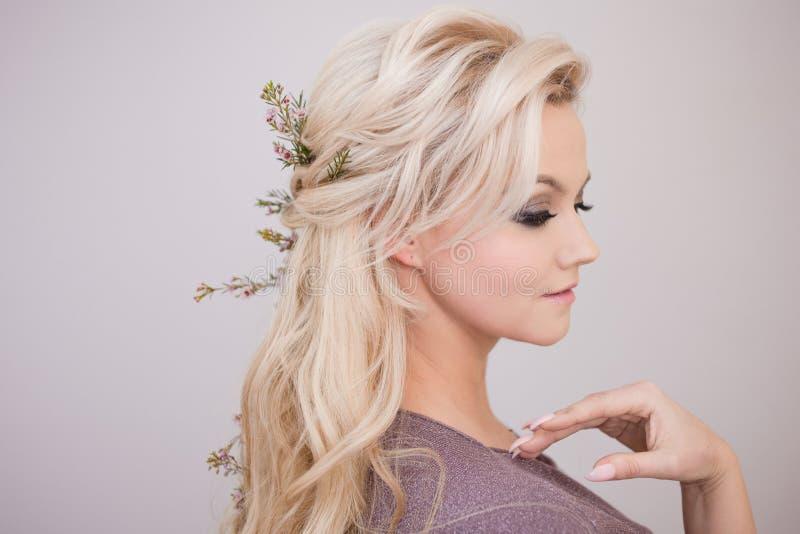 Retrato da jovem mulher delicada com cabelo louro Penteado na moda fotografia de stock royalty free