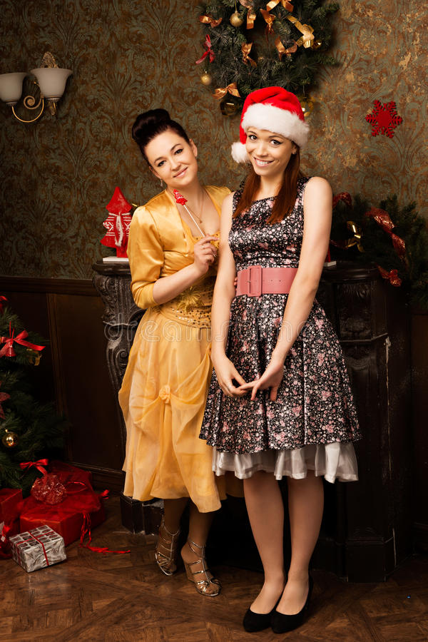 Retrato da jovem mulher dois que levanta na véspera de ano novo imagens de stock royalty free