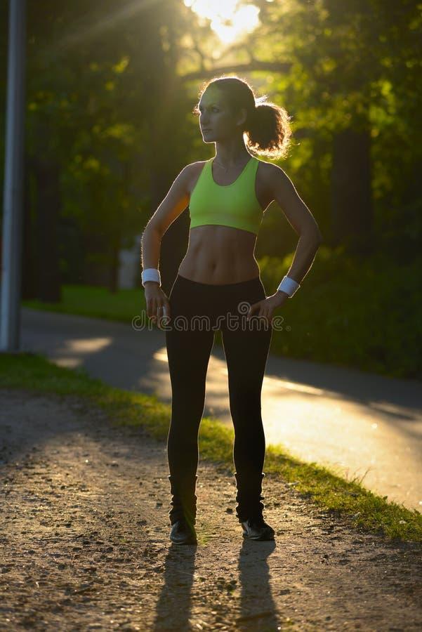 Retrato da jovem mulher e do descanso após o exercício no parque foto de stock royalty free