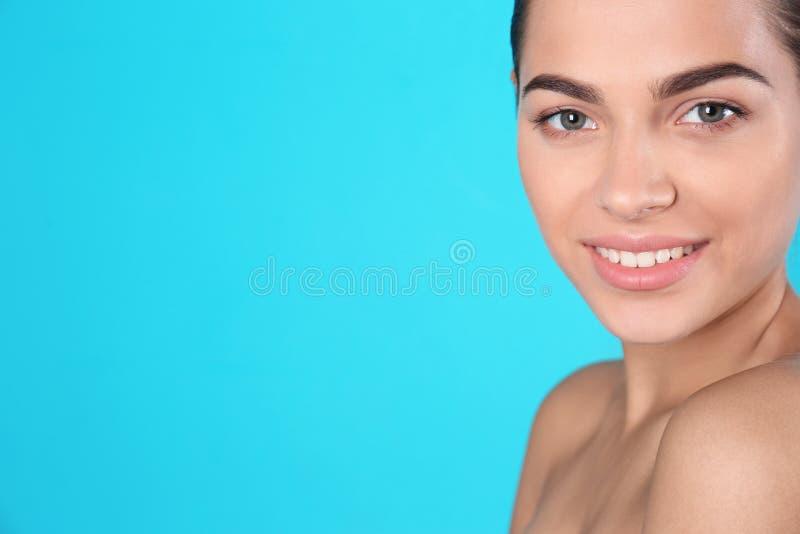 Retrato da jovem mulher e do espaço bonitos imagens de stock