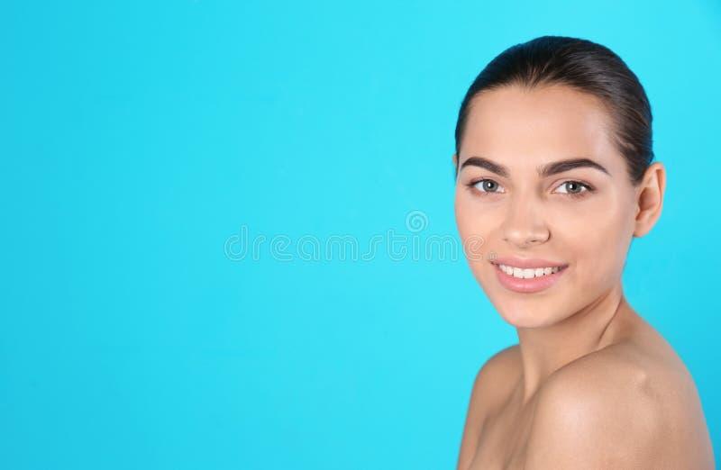 Retrato da jovem mulher e do espaço bonitos para o texto imagens de stock royalty free