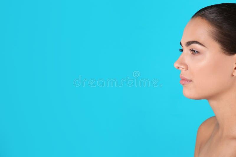 Retrato da jovem mulher e do espaço bonitos para o texto imagem de stock royalty free