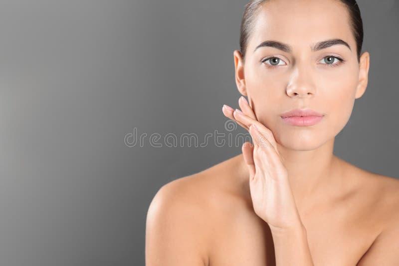 Retrato da jovem mulher e do espaço bonitos para o texto fotografia de stock