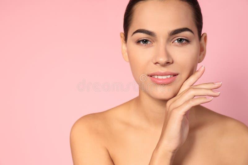 Retrato da jovem mulher e do espaço bonitos para o texto no fundo da cor foto de stock royalty free