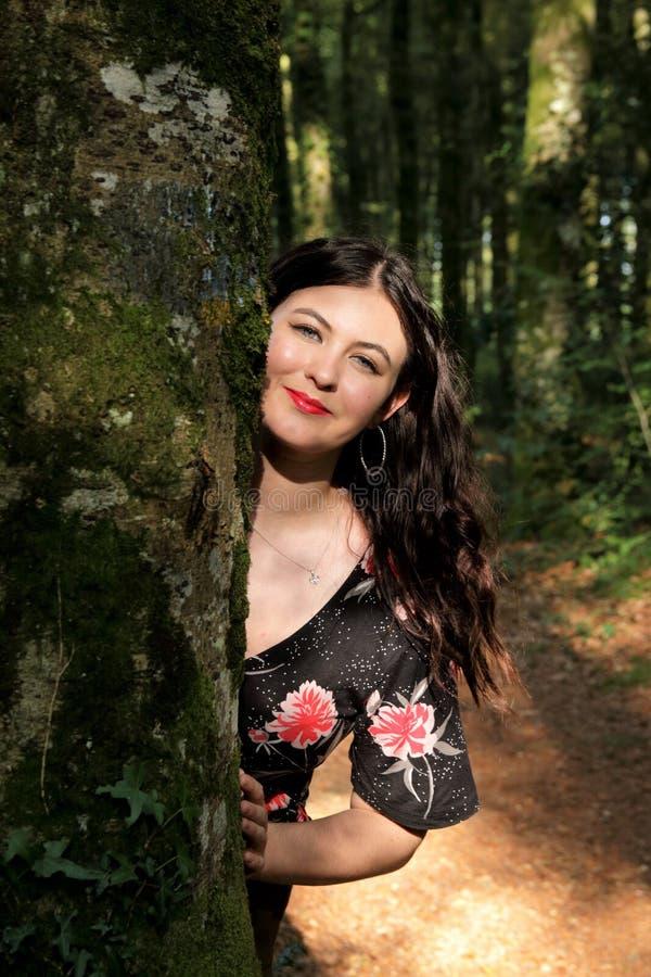 Retrato da jovem mulher em um dia ensolarado na floresta foto de stock