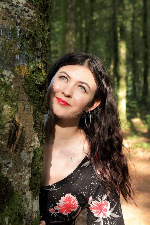 Retrato da jovem mulher em um dia ensolarado na floresta imagens de stock royalty free