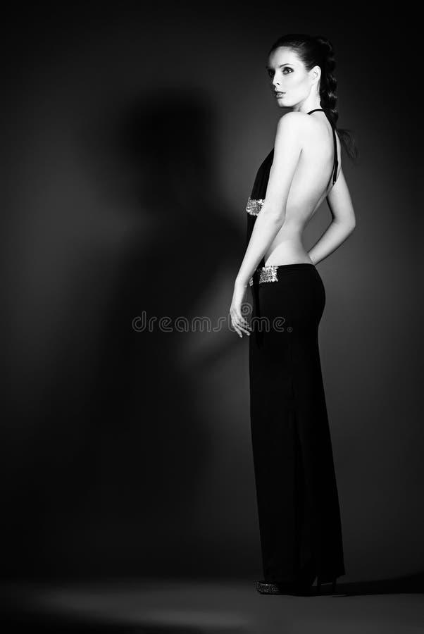 Retrato da jovem mulher em vestidos de noite elegantes imagens de stock royalty free