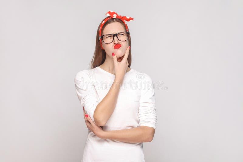 Retrato da jovem mulher emocional bonita na sagacidade branca do t-shirt fotos de stock royalty free