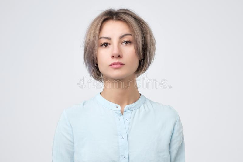 Retrato da jovem mulher europeia na camisa azul imagem de stock