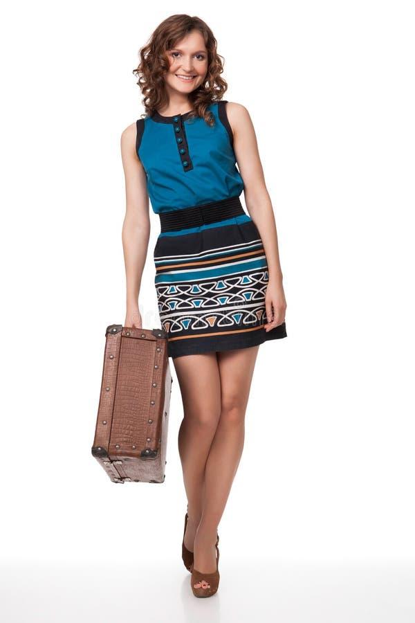 Retrato da jovem mulher feliz com mala de viagem fotografia de stock