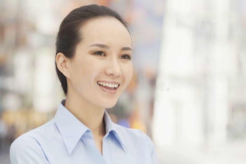 Retrato da jovem mulher feliz de sorriso que olha afastado fotografia de stock royalty free