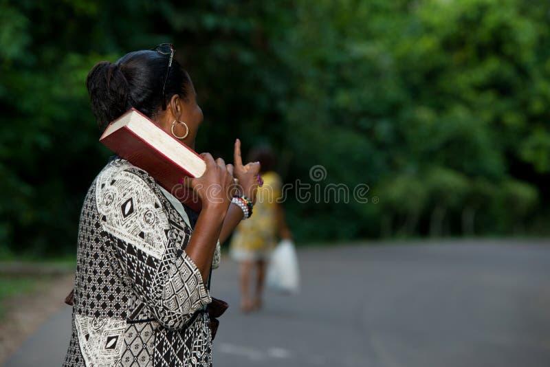 Retrato da jovem mulher feliz na floresta com um livro fotografia de stock royalty free