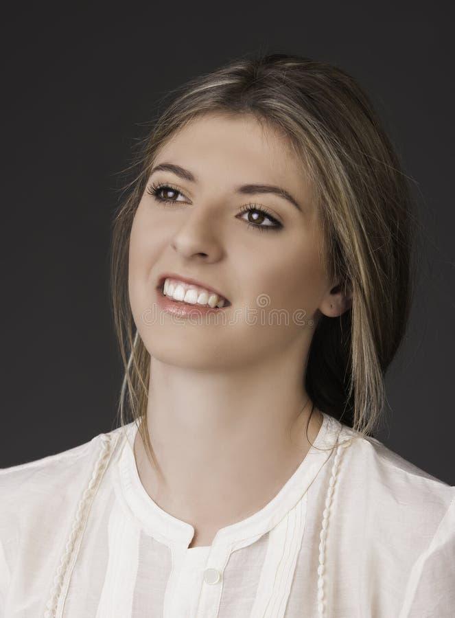 Retrato da jovem mulher integral bonita fotografia de stock