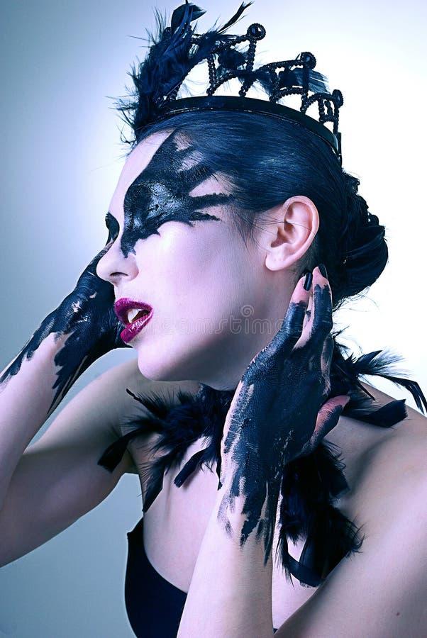 Retrato da jovem mulher misteriosa. Cisne preta foto de stock royalty free