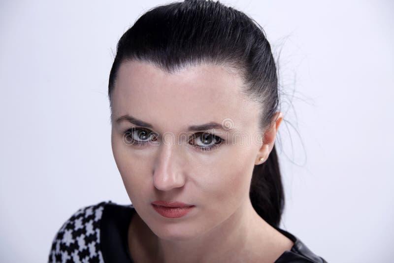 Retrato da jovem mulher da morena com olhos verdes foto de stock