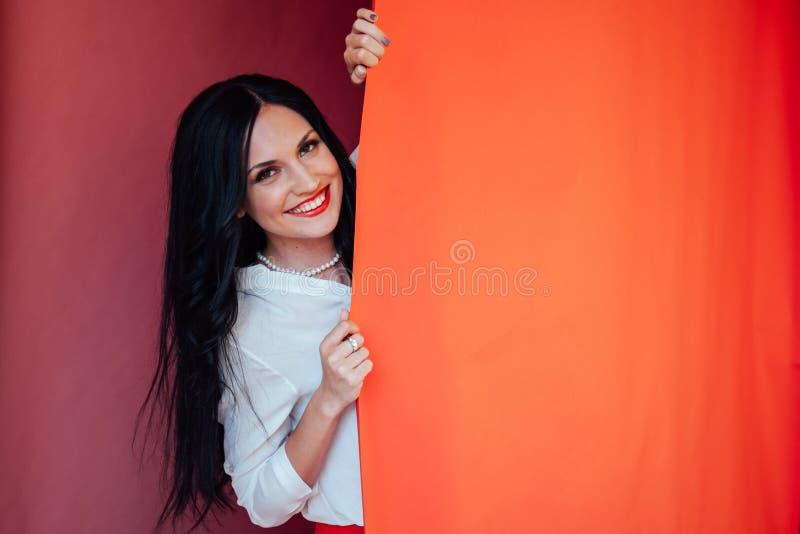 Retrato da jovem mulher moreno bonita satisfeita feliz com composição fotografia de stock royalty free