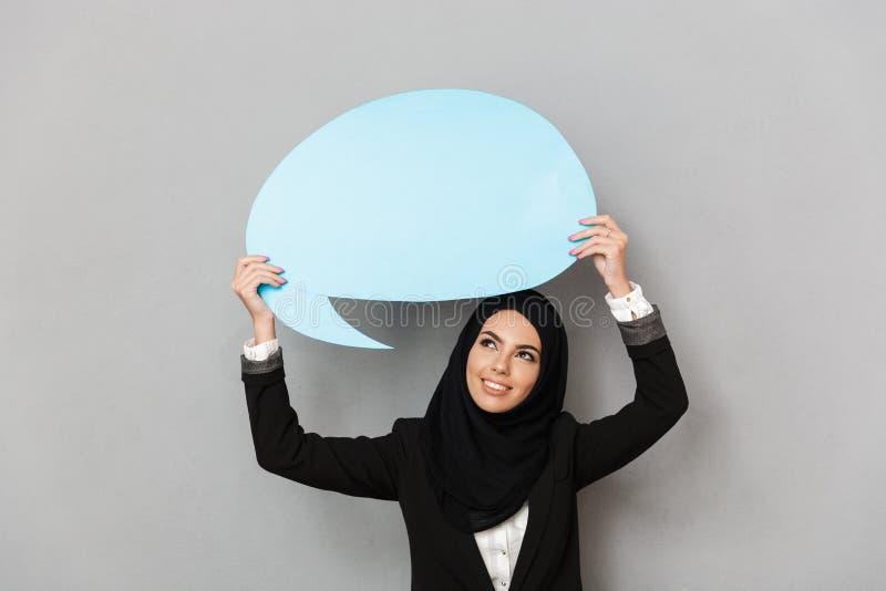 Retrato da jovem mulher muçulmana 20s na roupa tradicional preta fotos de stock
