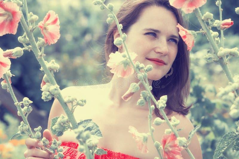 Retrato da jovem mulher no campo das flores foto de stock royalty free