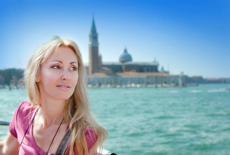 Retrato da jovem mulher no canal Grande.Venice, fotografia de stock royalty free