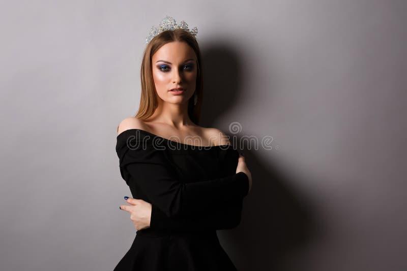 Retrato da jovem mulher no estúdio imagens de stock